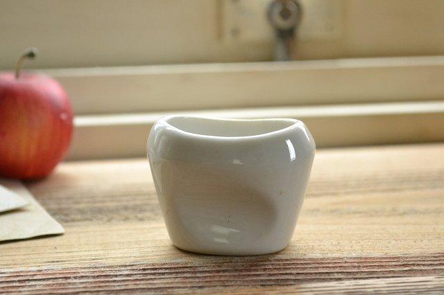 陶器製の白いアイカップです。