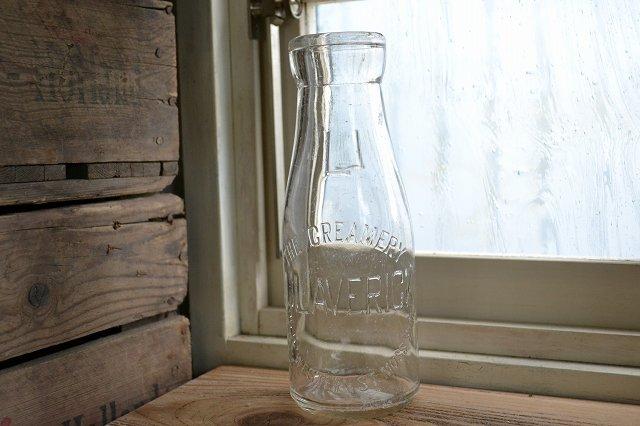 背の高いエンボス入りかわいいミルクボトル/牛乳瓶です。