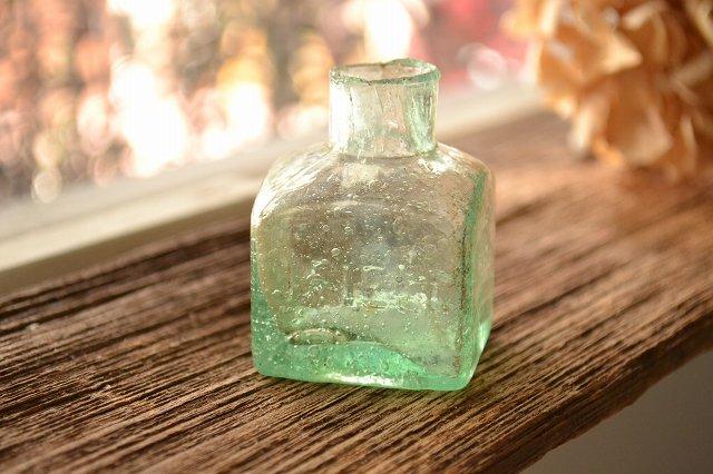 沢山の気泡が入った四角いインク瓶/エンボスロゴ