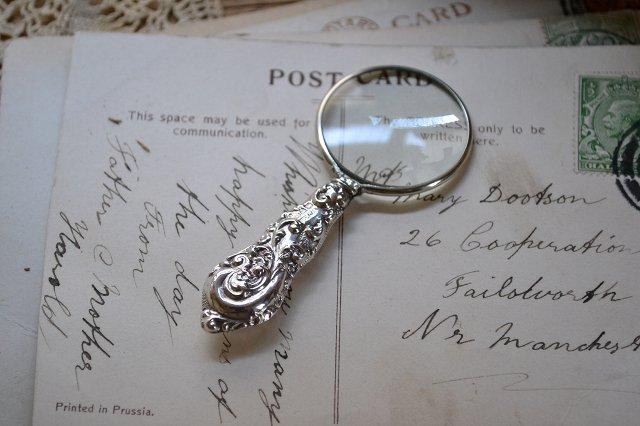 小型の英国 アンティーク スターリングシルバー(925 純銀製)のルーペ/チェスター 1912年/虫眼鏡です。