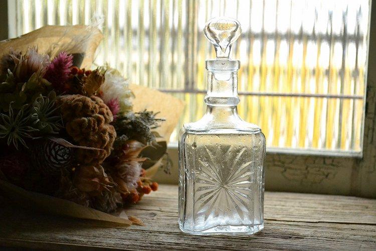 ストッパー付きの透明なアンティーク香水瓶 切子ガラスの様な模様