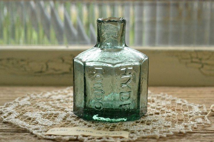 濃いグリーンの8角型インクボトル/エンボスロゴ/波打ったガラス表面