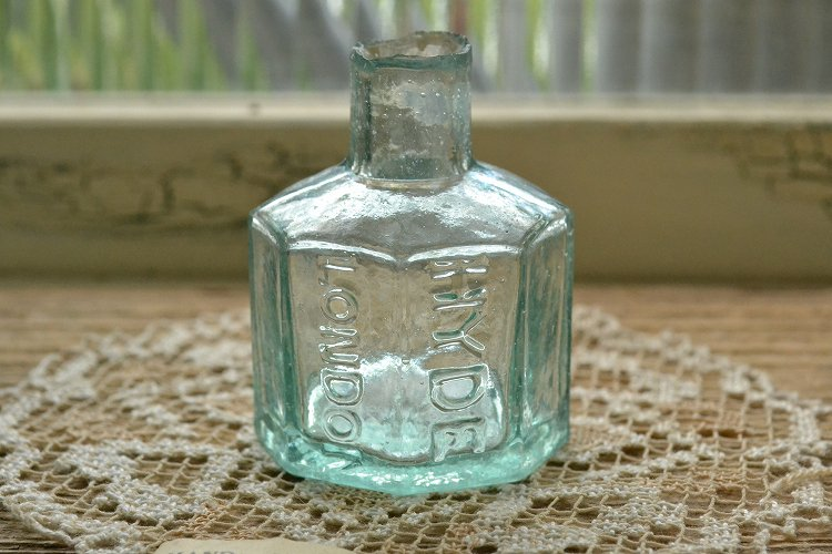 8角型インクボトル/エンボスロゴ/波打ったガラス表面