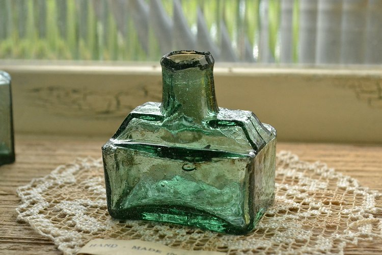 濃いグリーンの舟型インクボトル/波打ったガラス表面