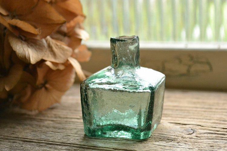 濃いグリーンの四角型インクボトル/波打った(デコボコ)ガラス表面