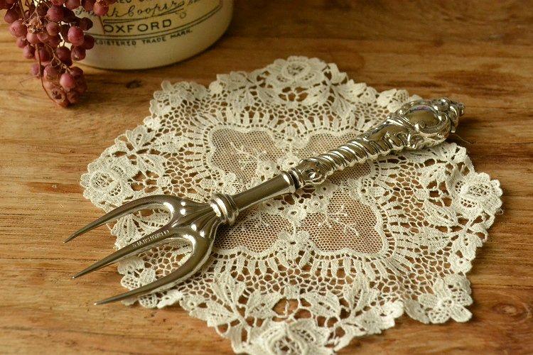 アンティークシルバーの持ち手を持つミートフォーク 英国スターリングシルバー・銀器(925 純銀) シェフィールド 1900年です。