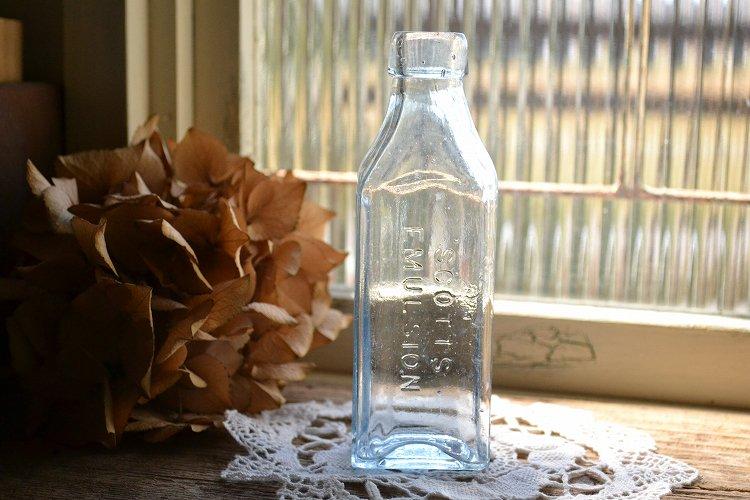 薄い青色のエンボス入りアンティークボトル 薬瓶 メディシンボトル/メディスンボトル