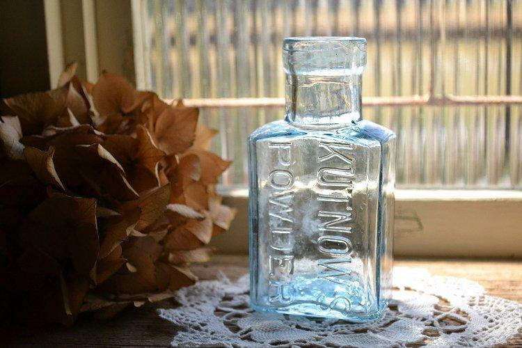 薄い青色の四角いアンティーク瓶 エンボス入りアンティークボトル(KUTNOW'S POWDER)