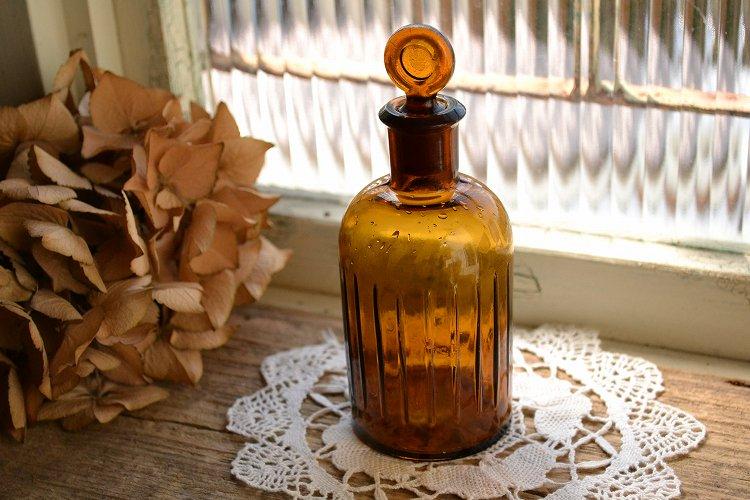 ストッパー付き琥珀色(茶色)のアンティーク薬瓶/エンボス模様