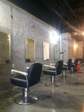 シンプルな内装の理容室・美容室への店舗改装もお任せ下さい!
