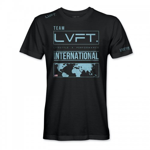 【即お届け】【LIVE FIT】【LVFT】INTERNATIONAL TEE (BLACK / LIGHT BLUE)<img class='new_mark_img2' src='https://img.shop-pro.jp/img/new/icons7.gif' style='border:none;display:inline;margin:0px;padding:0px;width:auto;' />